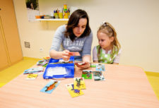 Terapeuta w trakcie pracy z dzieckiem | ATR Gabinet